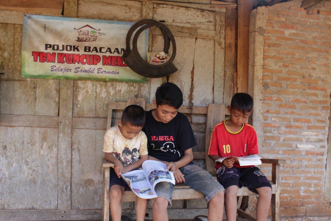 OHOL yang dibuat dari ban bekas di salah satu rumah warga di Dusun Kepek. Selain ban bekas, rak OHOL juga dibuat dari papan bekas, bambu, bahkan tali rafia.